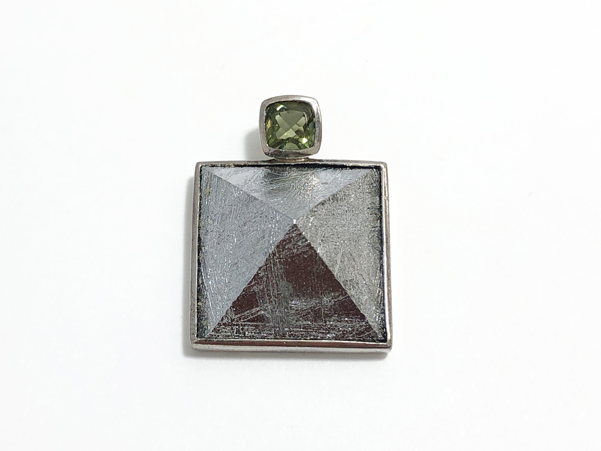 画像1: 隕鉄 ピラミッド型ペンダント モルダバイト付き K0348 (1)